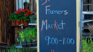 Farmers' Market hours sign