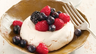 Old-Fashioned Meringues with Berries
